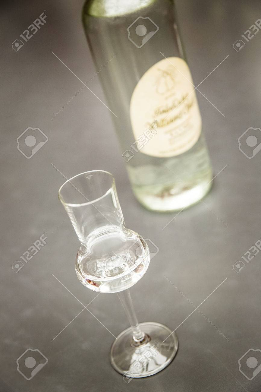 clear hard liquor Standard-Bild - 61502407