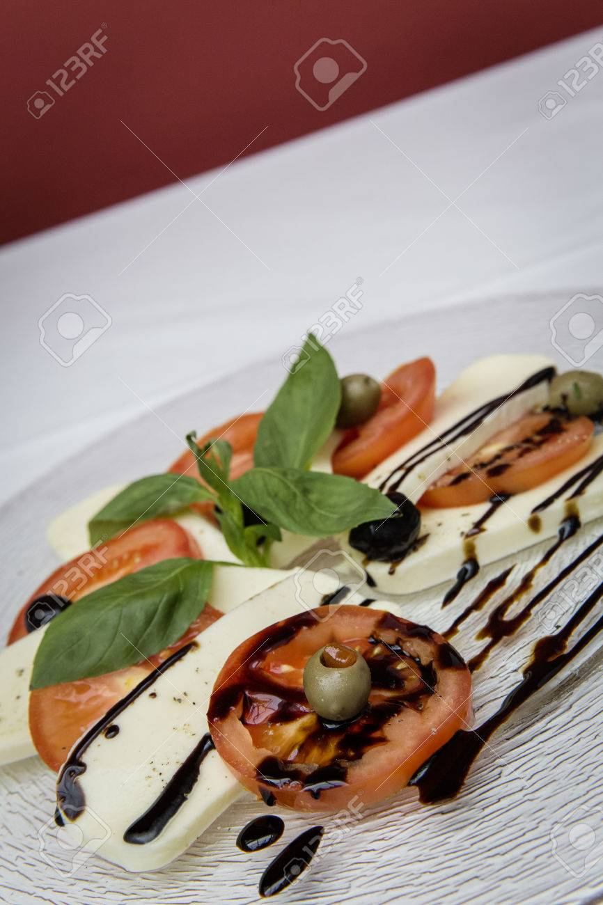 fresh caprese salad Standard-Bild - 61502409