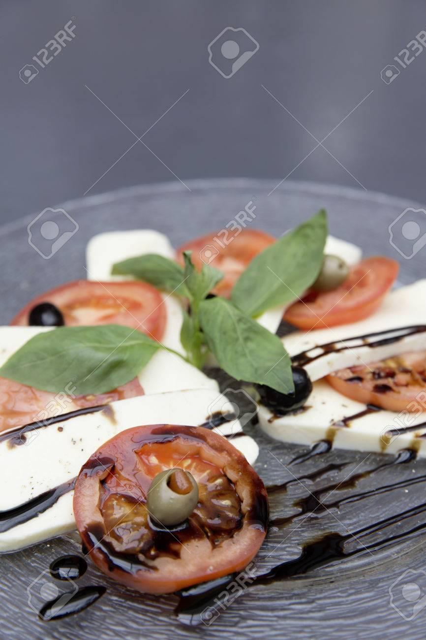 fresh caprese salad Standard-Bild - 61502411