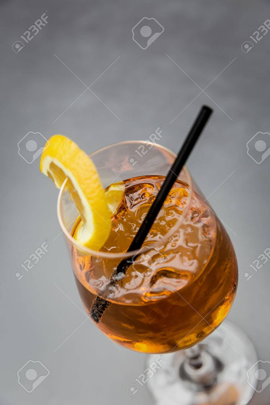 cocktail aperol spritz with straw and orange slice Standard-Bild - 61502413