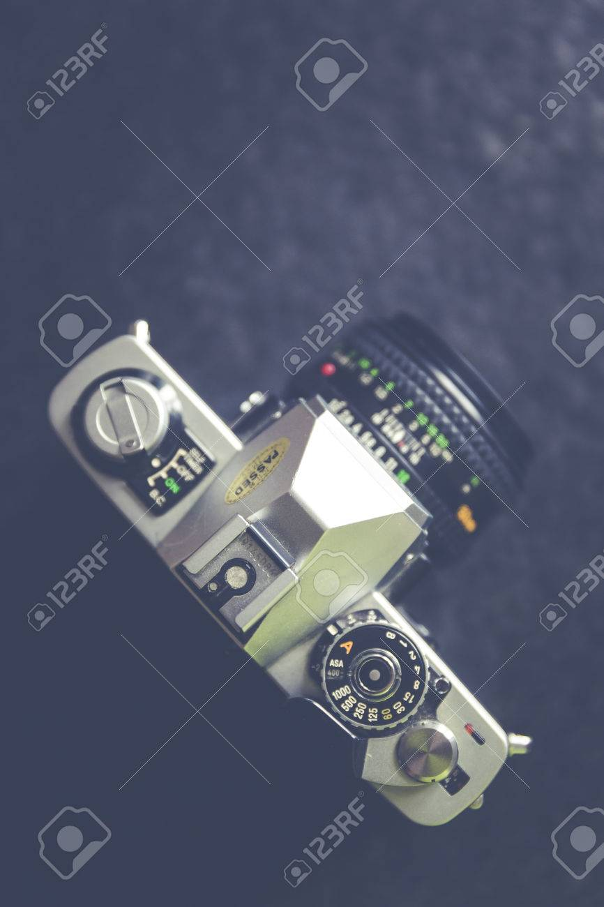 vintage, retro analog single-lens reflex camera Standard-Bild - 61502416