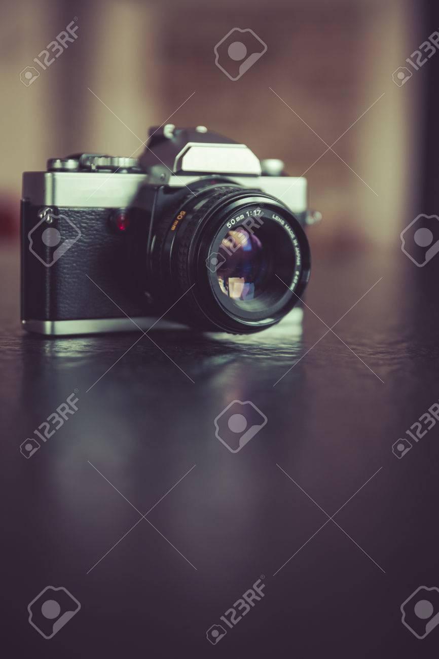 Vintage, retro analoge Spiegelreflexkamera Standard-Bild - 61502417