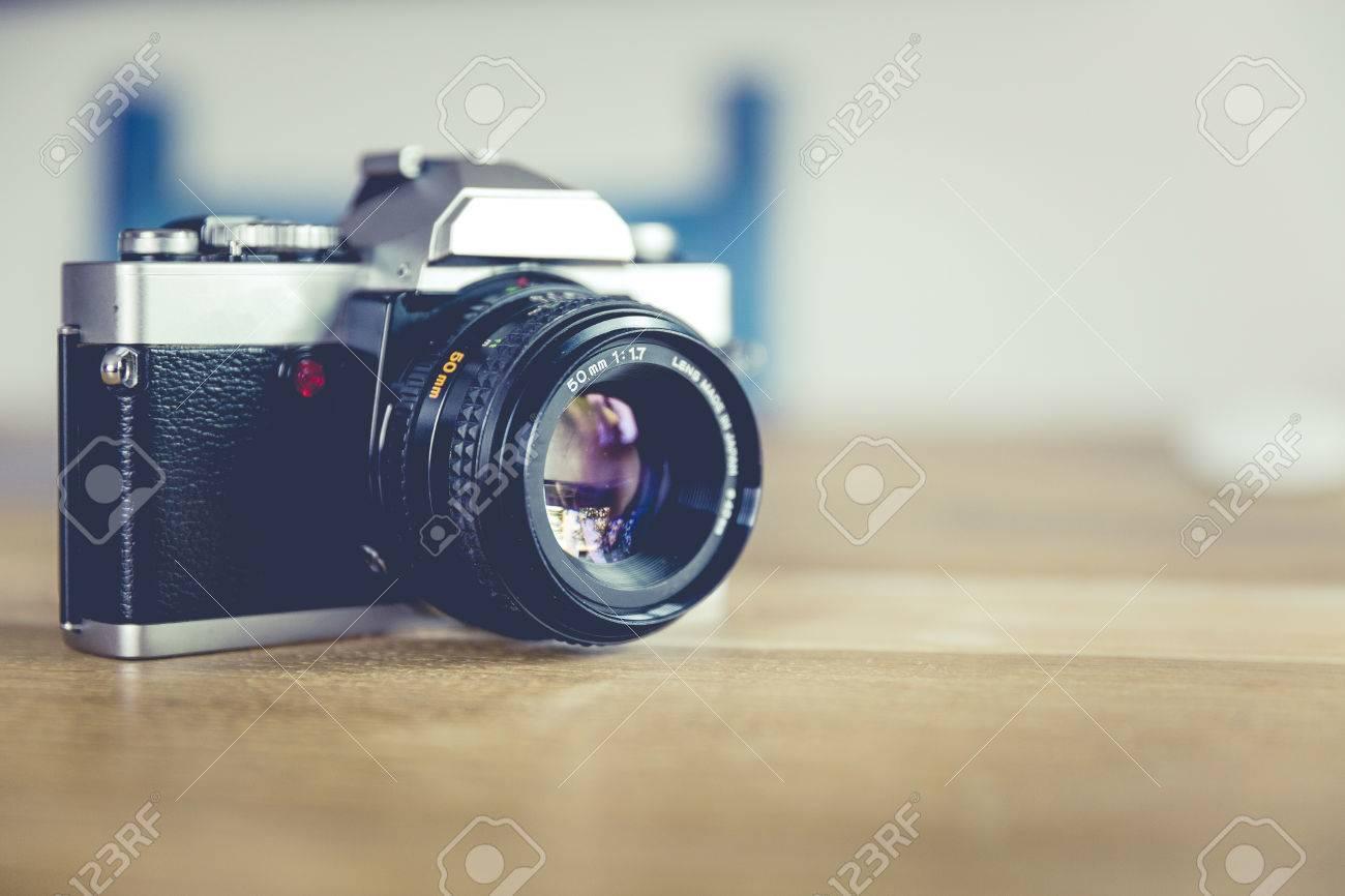 Vintage, retro analoge Spiegelreflexkamera Standard-Bild - 61502461