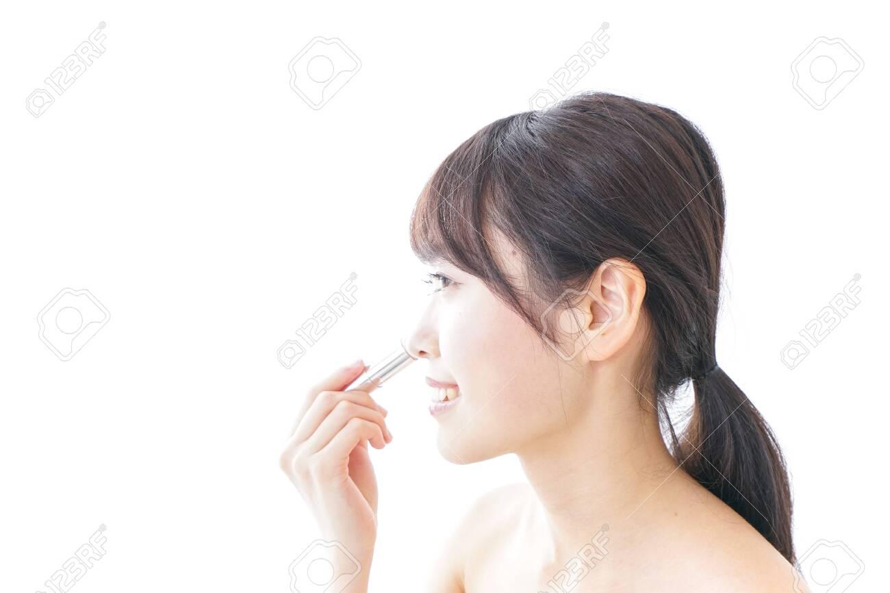 woman making herself up - 130727128