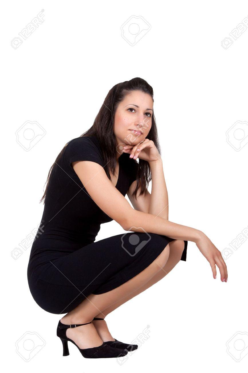 Una mujer vestida de negro a pensar