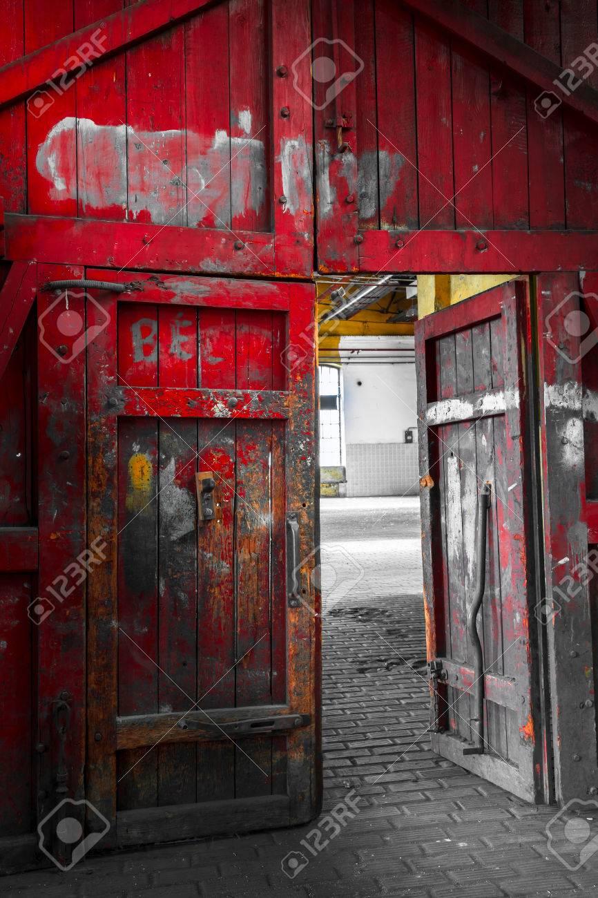 Una Vieja Puerta De Madera Pintada De Color Rojo En Una Antigua Fabrica