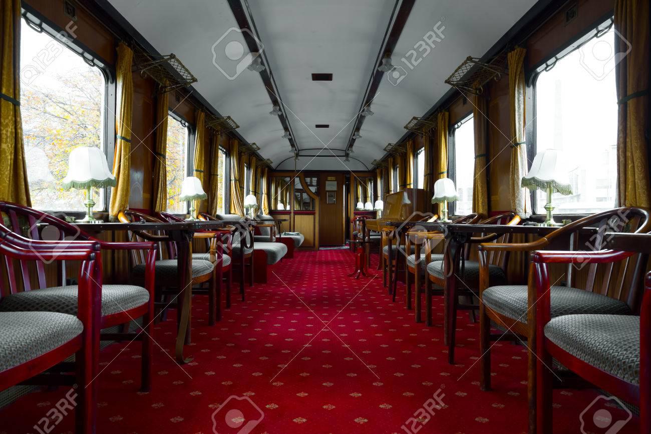 Ancien salon de l\'intérieur du wagon, un piano et des chaises