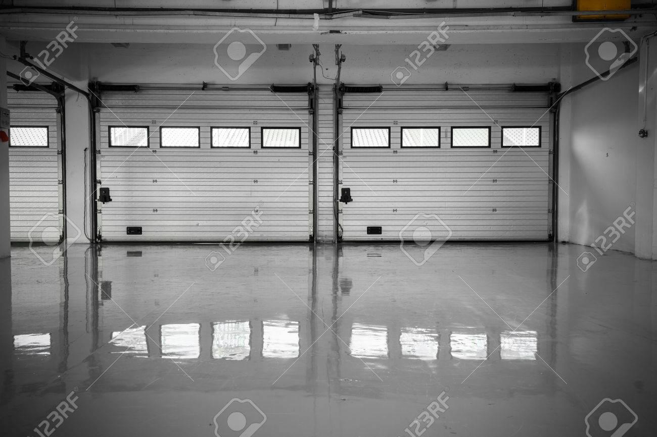 An Auto Motor Speedway Garage, Interior, Windows Royalty-Fria ...