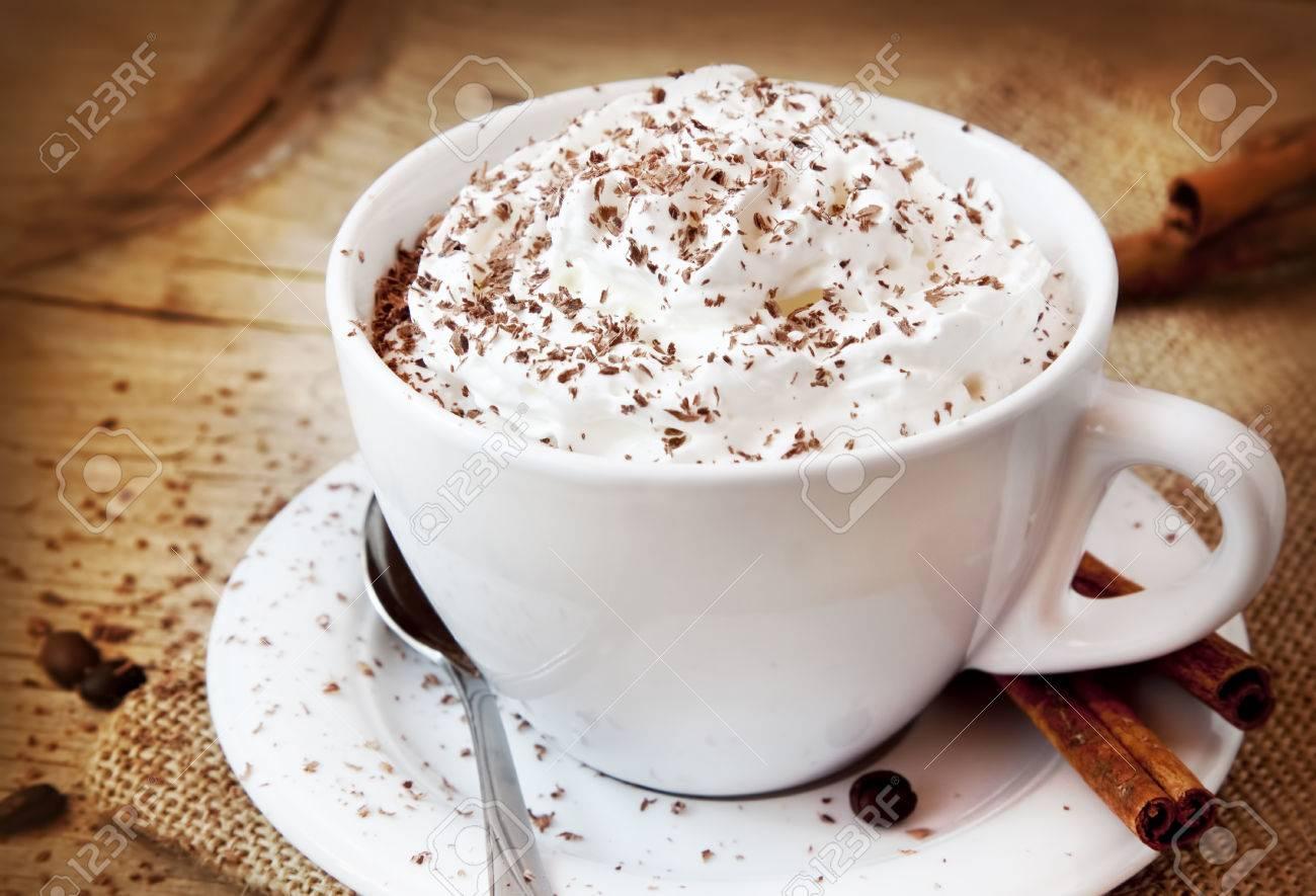 Frappuccino Kaffee, Tasse Kaffee Mit Sahne Und Schokoladenflocken ...