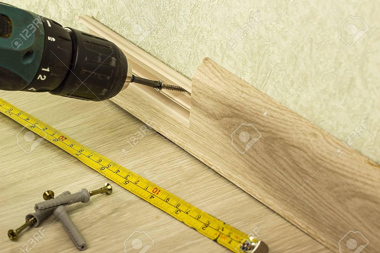schrauben spanplatte. befestigungssockelleiste für die wand