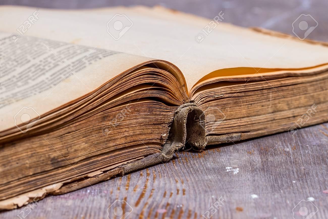 Ouvert Le Vieux Livre Dans Un Style Grunge Le Livre Ancien Sur La Table Rustique Mise Au Point Selective