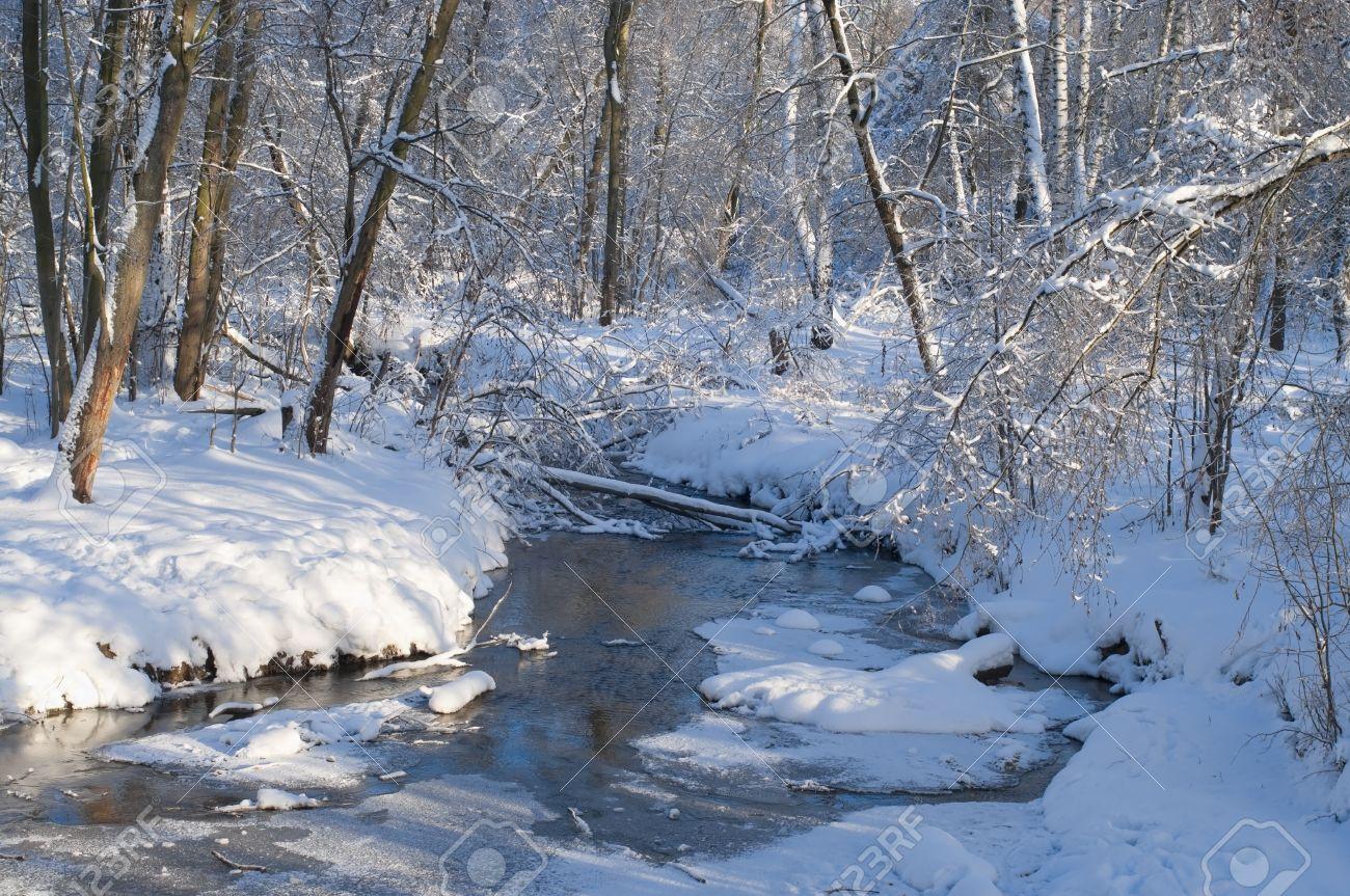 Le gel - Emile Verhaeren 16449386-paysage-d-hiver-avec-rivi%C3%A8re-gel%C3%A9e