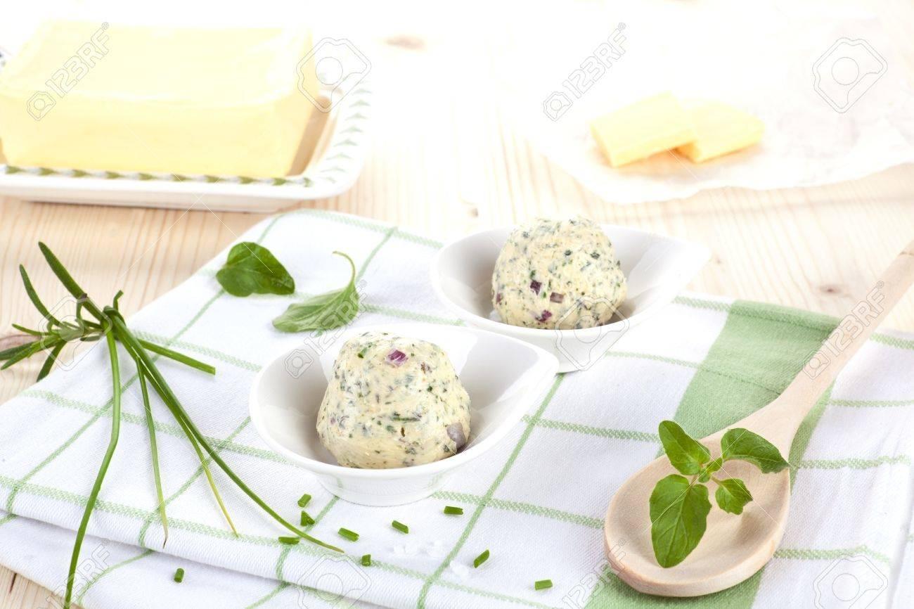 Boter en kruiden boter met verse kruiden basilicum en bieslook op ...
