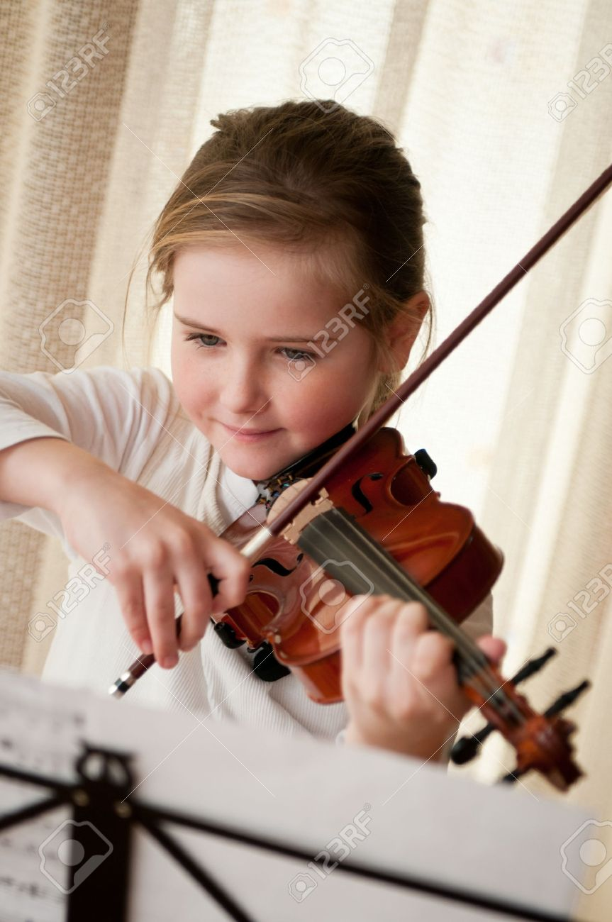 Child playing violin at home Stock Photo - 12588284