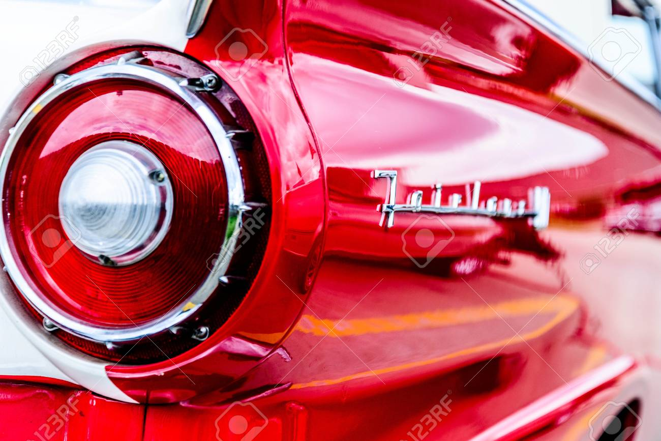 1950 s 赤と白のフォード フェアレーン ロイヤリティーフリーフォト