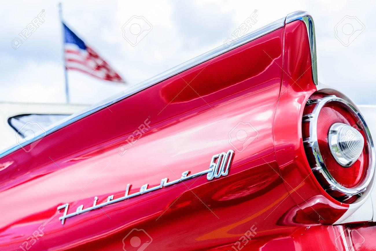 1950 s の赤と白のフォード フェアレーン テールライト