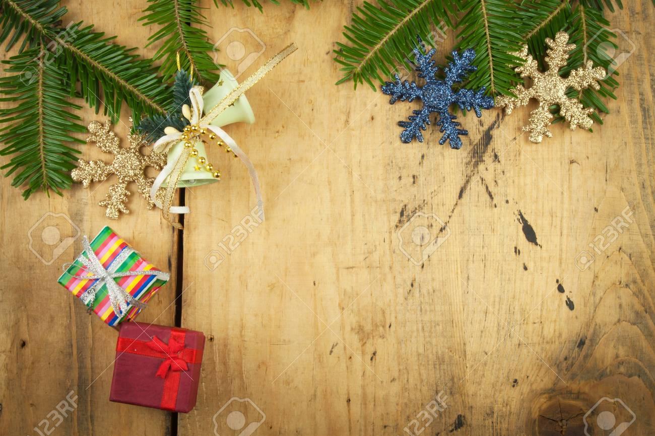 Planche En Bois Deco décoration de noël sur une planche de bois. fond de noël sapin de noël avec  décoration sur une planche de bois. fond de noël avec des balles et des