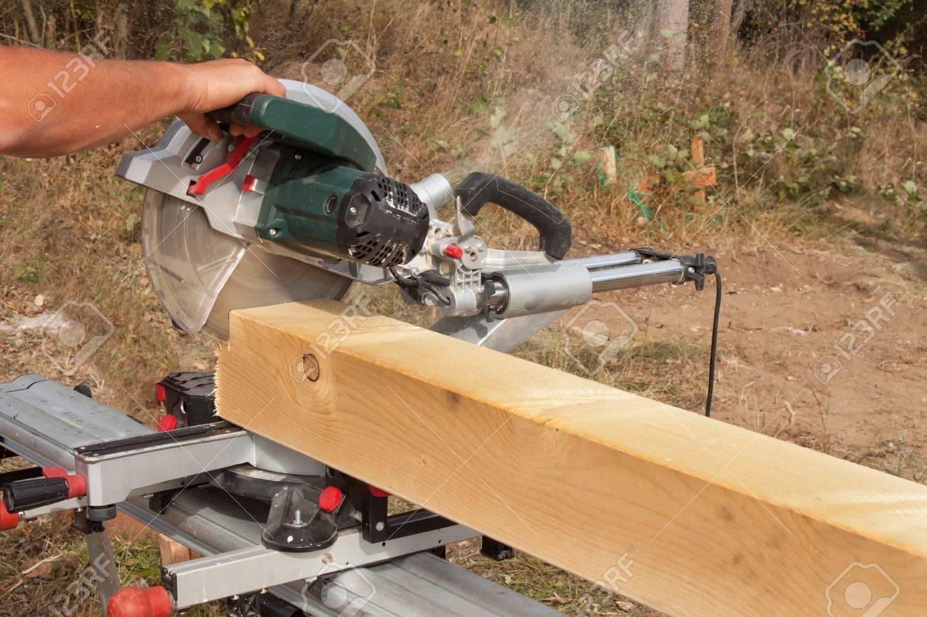 Gemeinsame Bauarbeiter Schneidstrahl Mit Säge. Arbeiter Schneiden Holz Holz @ZV_62