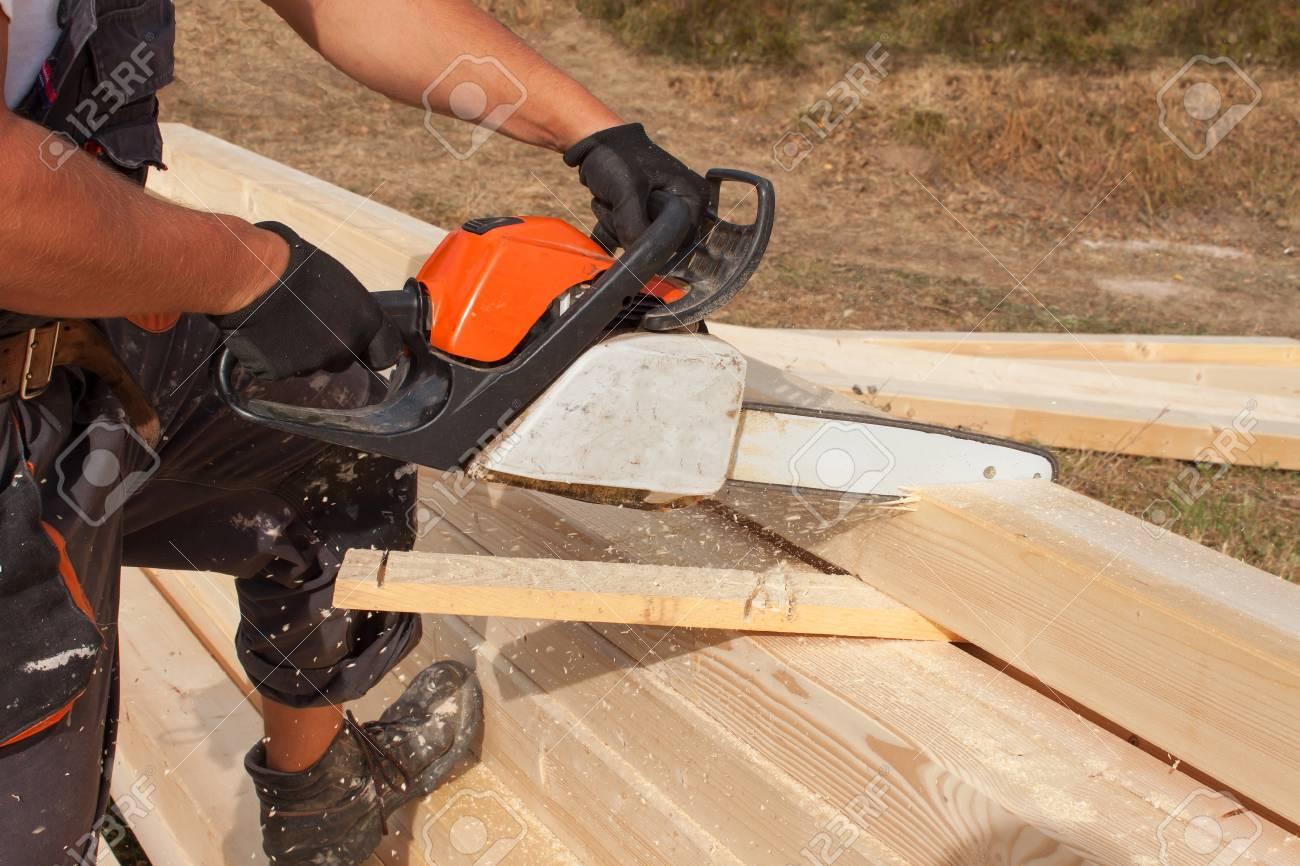 Etwas Neues genug Bauarbeiter Schneidstrahl Mit Säge. Arbeiter Schneiden Holz Holz &NX_29