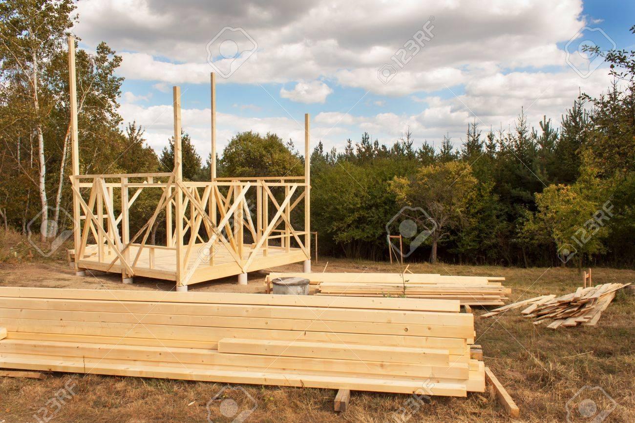 la construcción de la casa ecológica. marco de madera de la casa