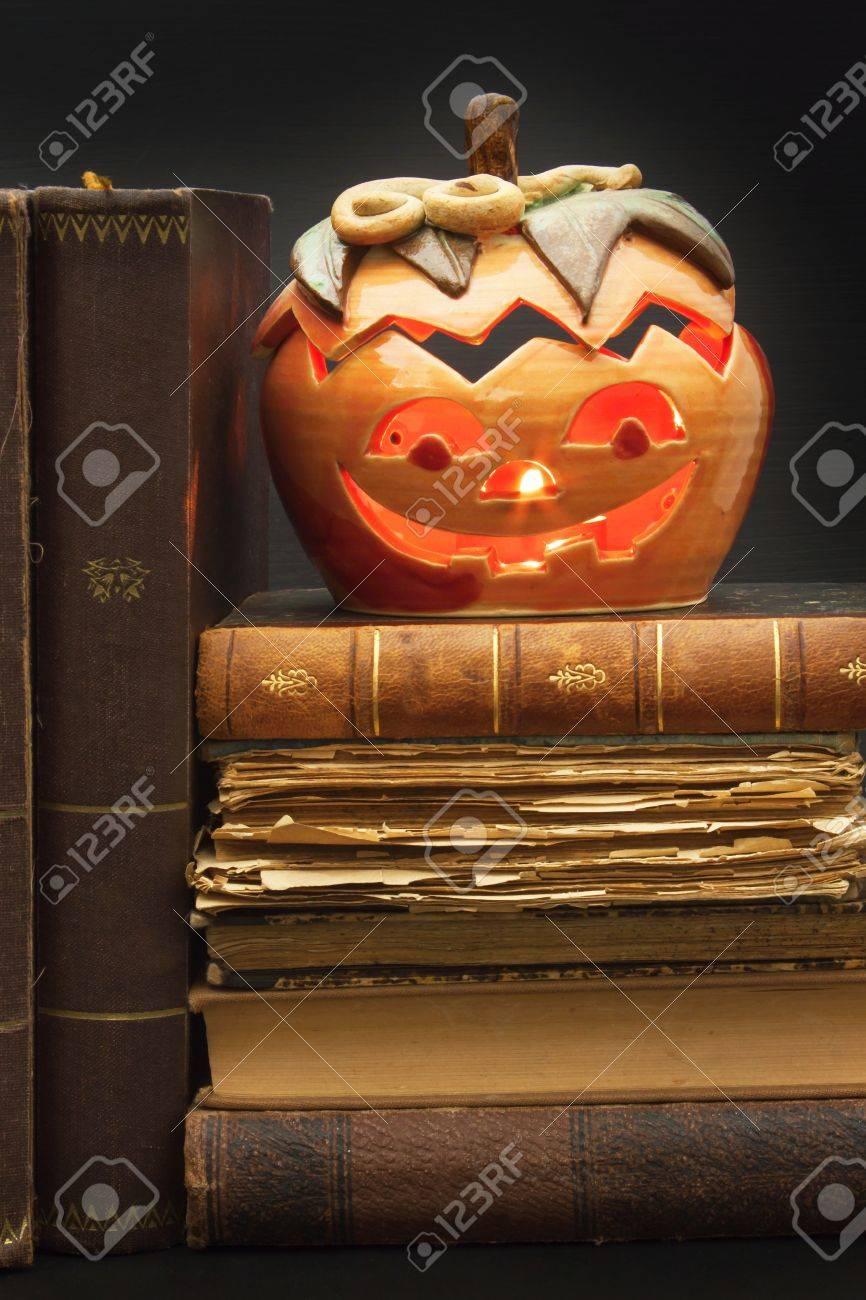 Lanterne Citrouille Pour Halloween Et Les Vieux Livres De Sorcieres Tete Sculptee Dans Une Citrouille A L Halloween Tradition De Citrouille Le