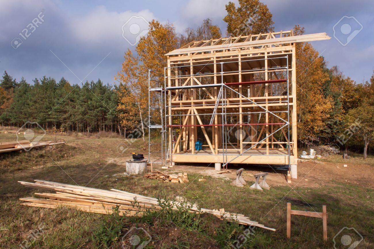 Andamio De Metal Alrededor De La Casa Sin Terminar. La Construcción ...