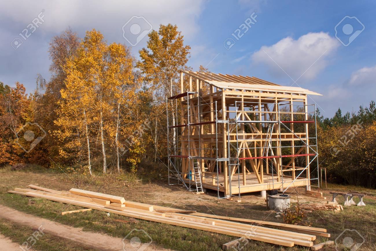 Metall-Gerüst Um Das Unfertige Haus. Der Bau Der ökologischen Haus ...