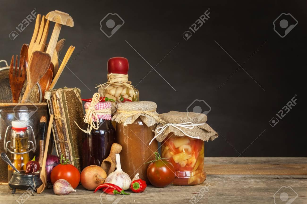 Küchentisch Und Kochzutaten. Gemüse Und Küchengeräte. Rezept Für ...