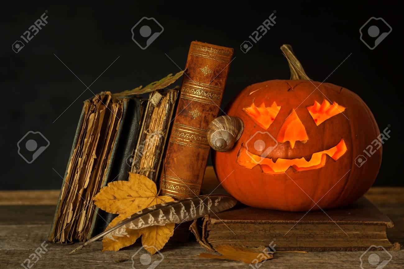 Citrouille D Halloween Et Un Livre De Sorts Citrouille Sculptee Livres Magiques Vacances Traditionnelles