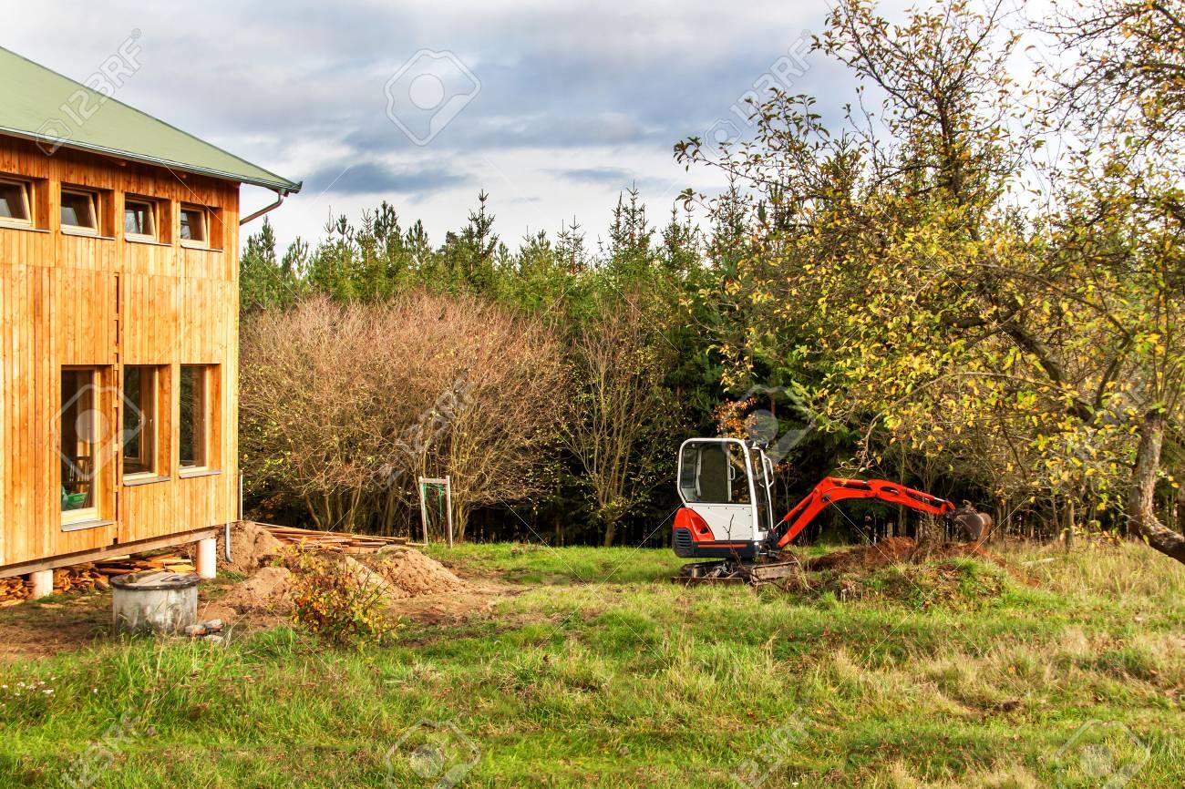 trabajar en el sitio de construcción de una casa ecológica. la