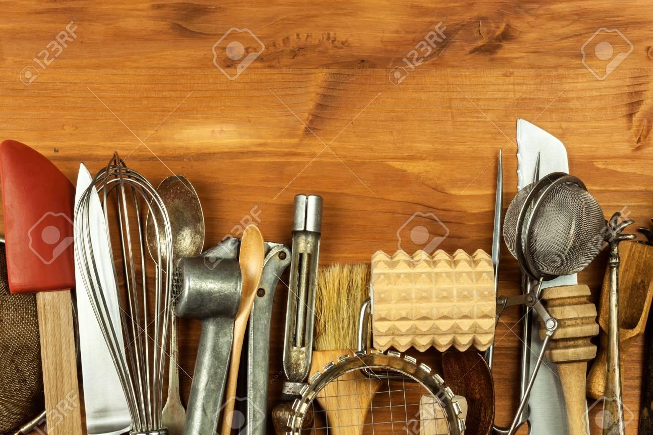 Alte Kuchenutensilien Auf Einem Holzbrett Verkauf Von Kuchengeraten Werkzeuge Des Chefs Lizenzfreie Fotos Bilder Und Stock Fotografie Image 90736955