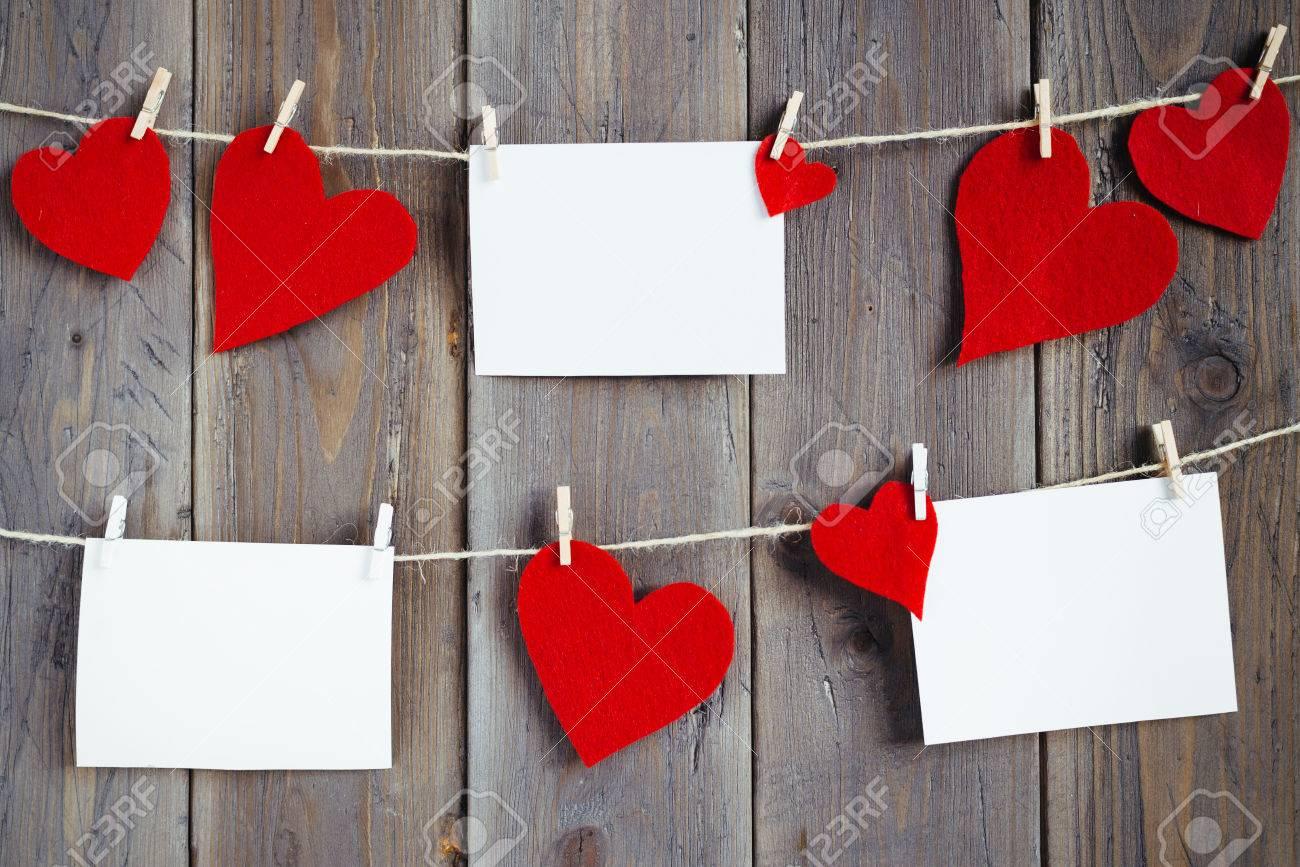 Recuerdos De Amor Con Fotos Y Pequeños Corazones En La Pared De Madera Romántico Arreglo Decorativo