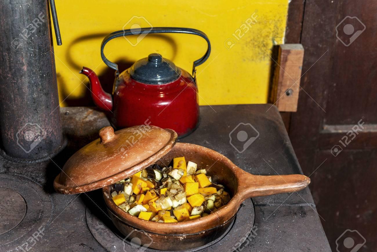Immagini Stock - Vecchia Cucina Di Legna Da Ardere Dove Stanno ...