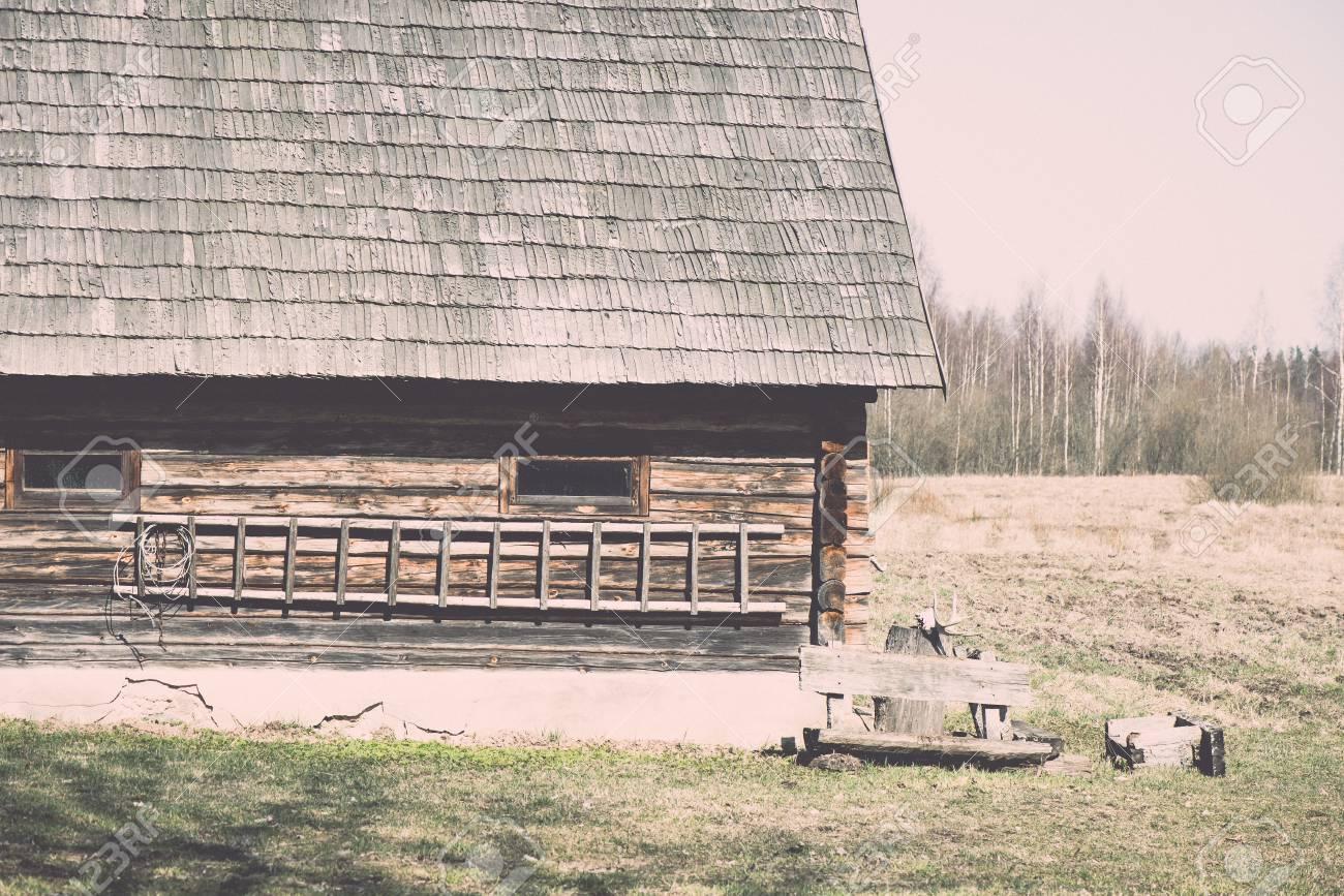 Case Di Legno E Mattoni : Immagini stock vecchia casa di campagna con camino di