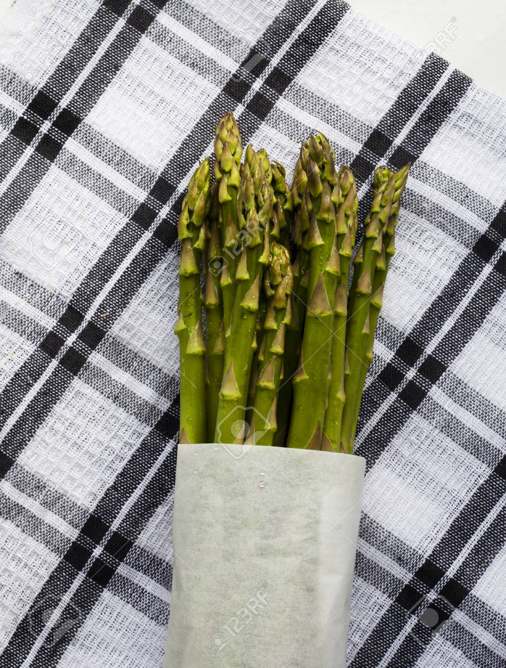 Freshly cut Asparagus from garden washed, wrapped the placed on kitchen cloth Stock Photo -