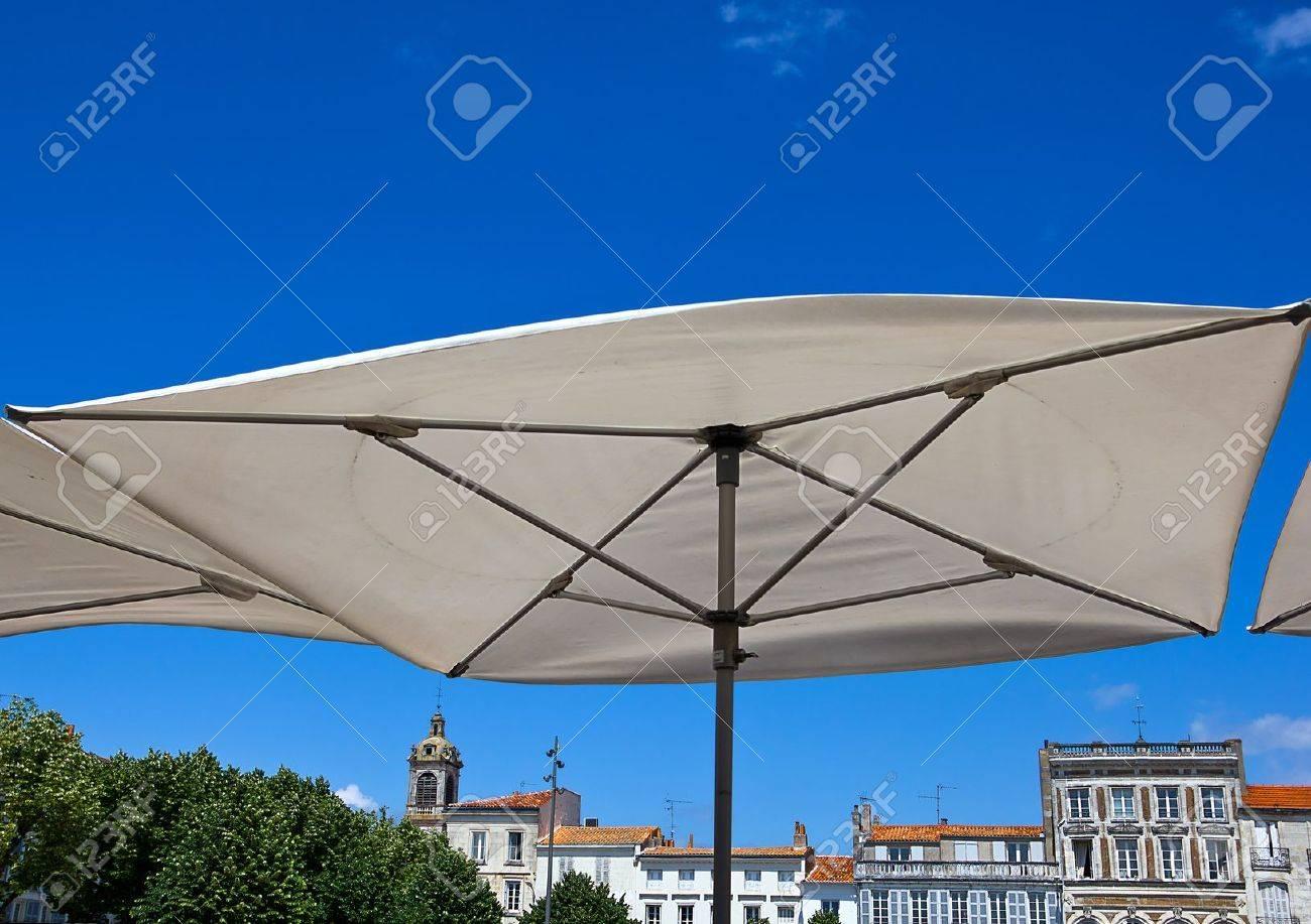 Grosse Weisse Terrasse Dach Gegen Den Blauen Himmel Und Den Gebauden
