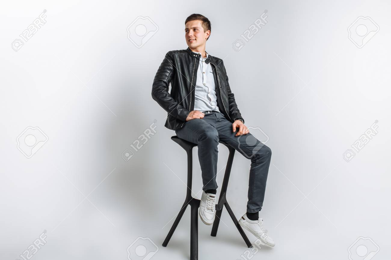 ragazzo con giacca nera