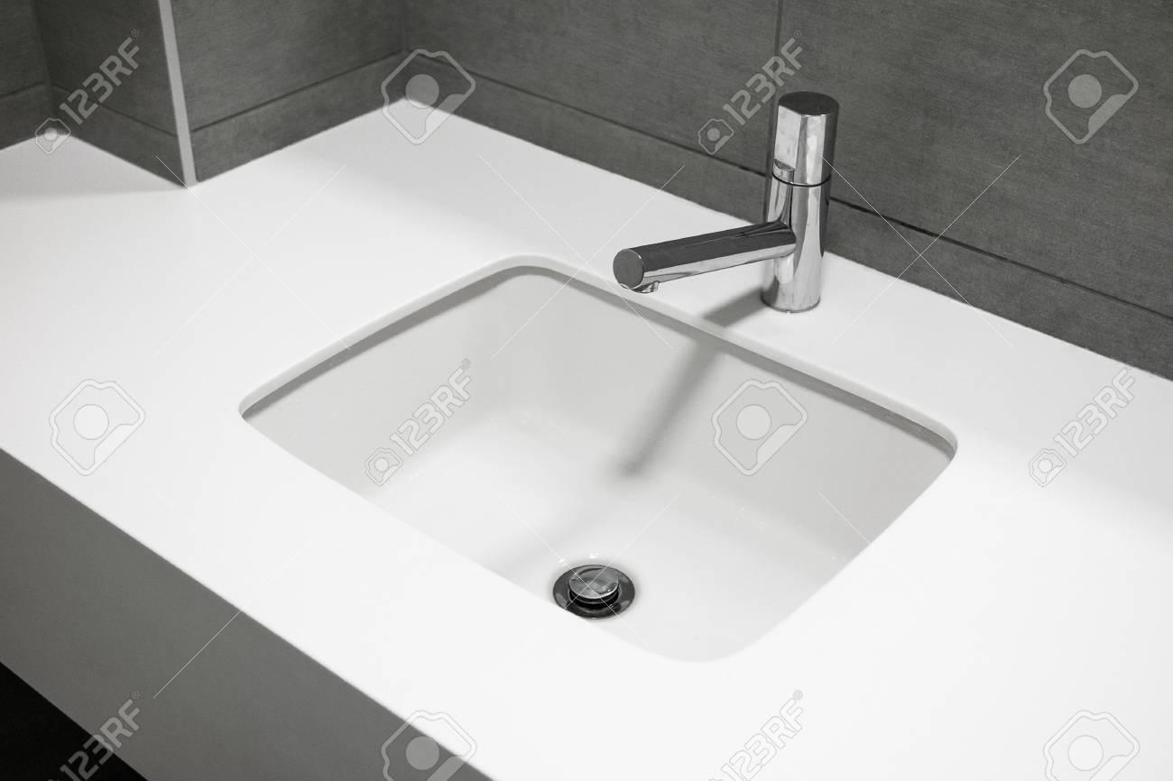 badezimmer mit waschbecken, modernes waschbecken aus weißem stein