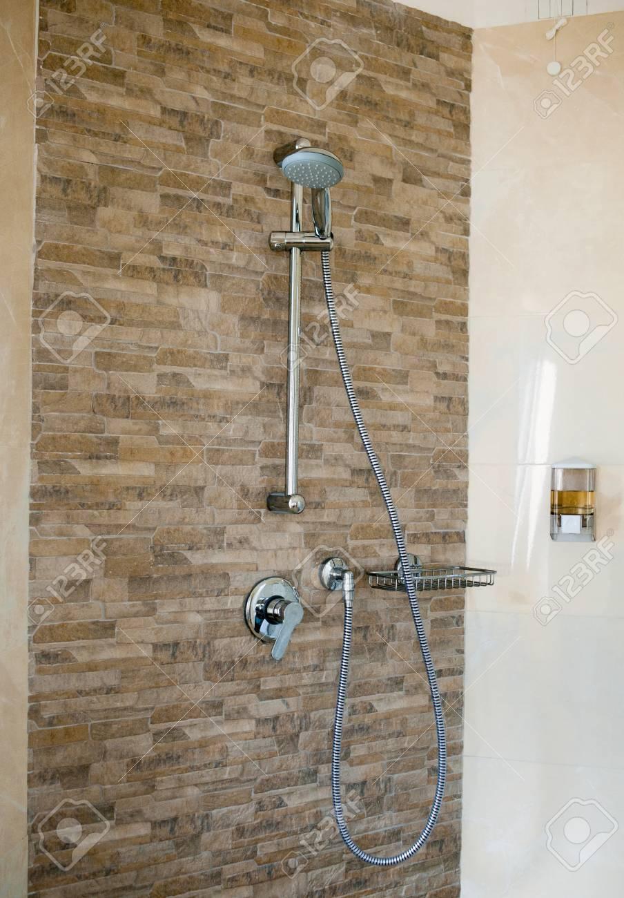 Badezimmer Dusche Mit Zwei Duschköpfen Und Glas-Abdeckung ...