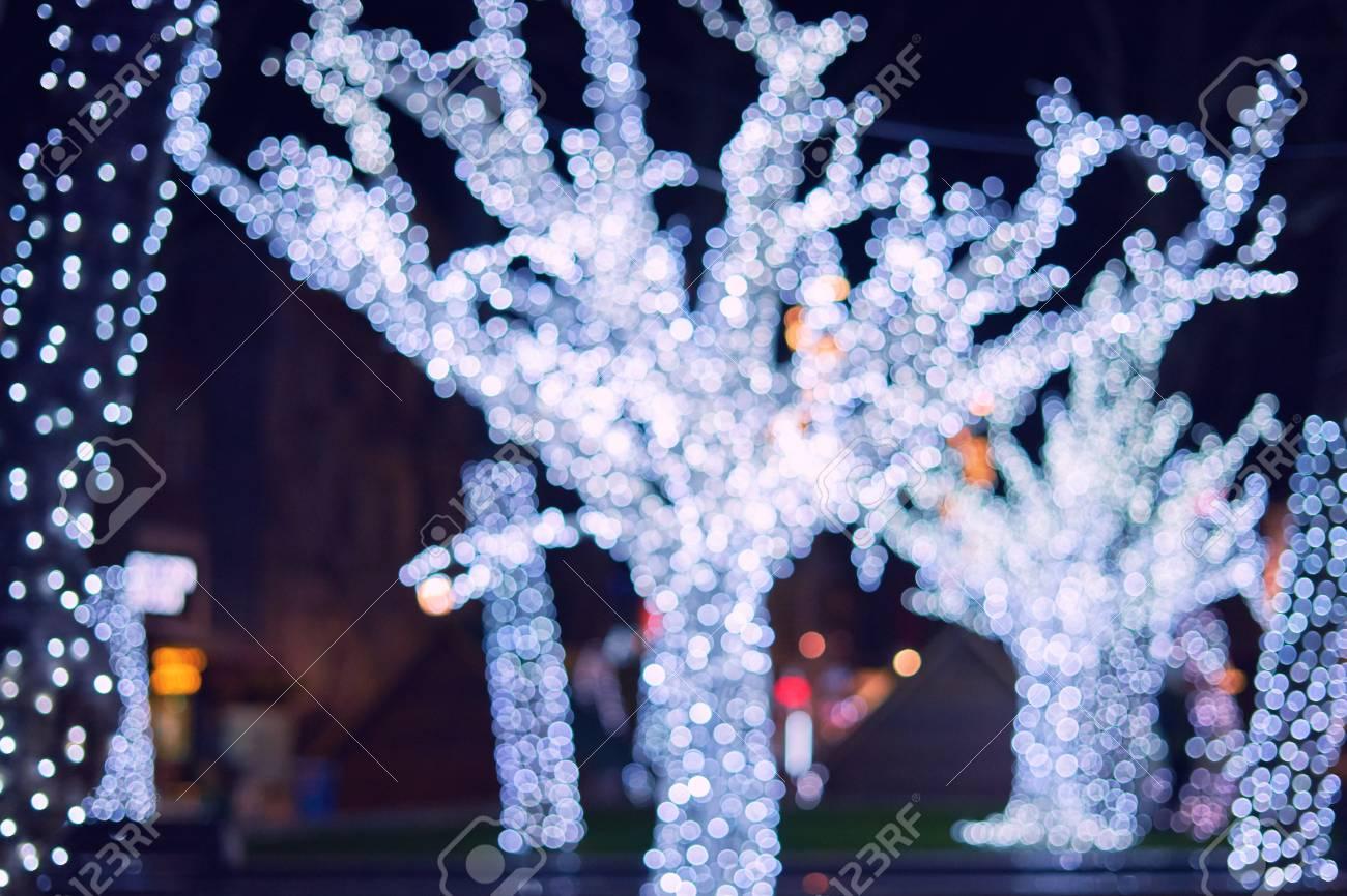 Decorazioni Luminose Natalizie : Luminose decorazioni natalizie su alberi urbani. decorazione della