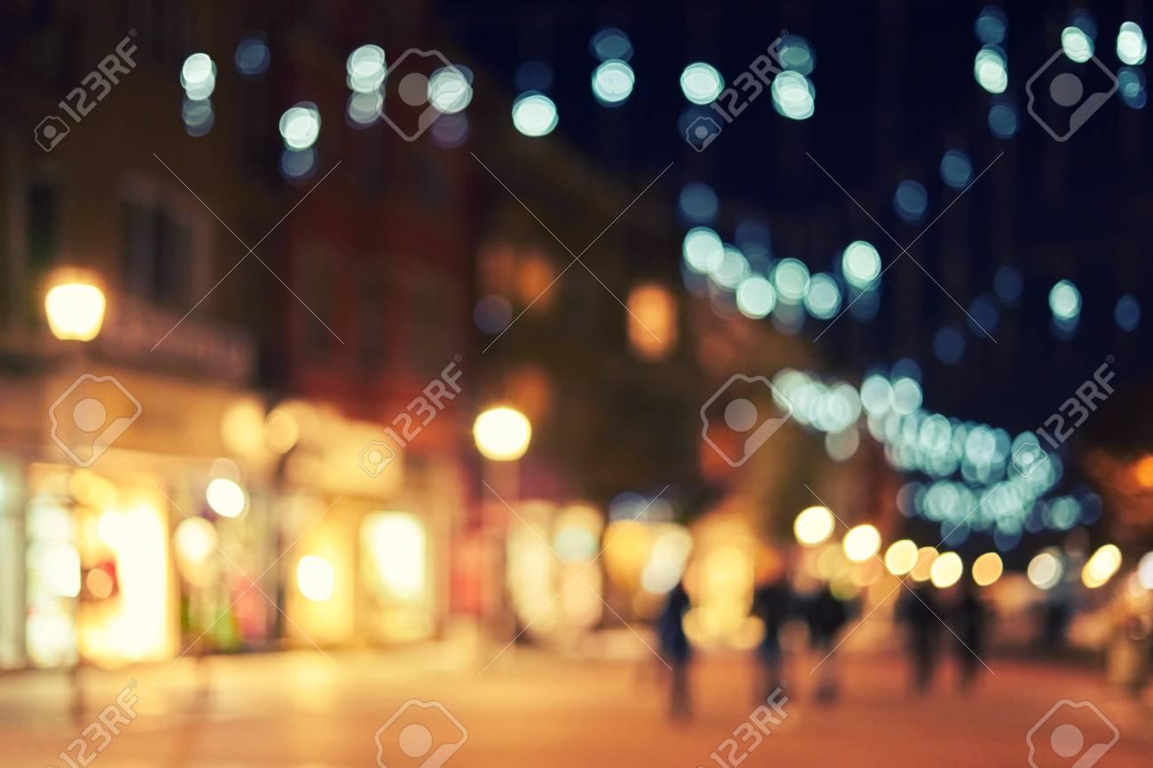 Decorazioni Luminose Natalizie : Immagini stock via della città offuscata con le loro decorazioni