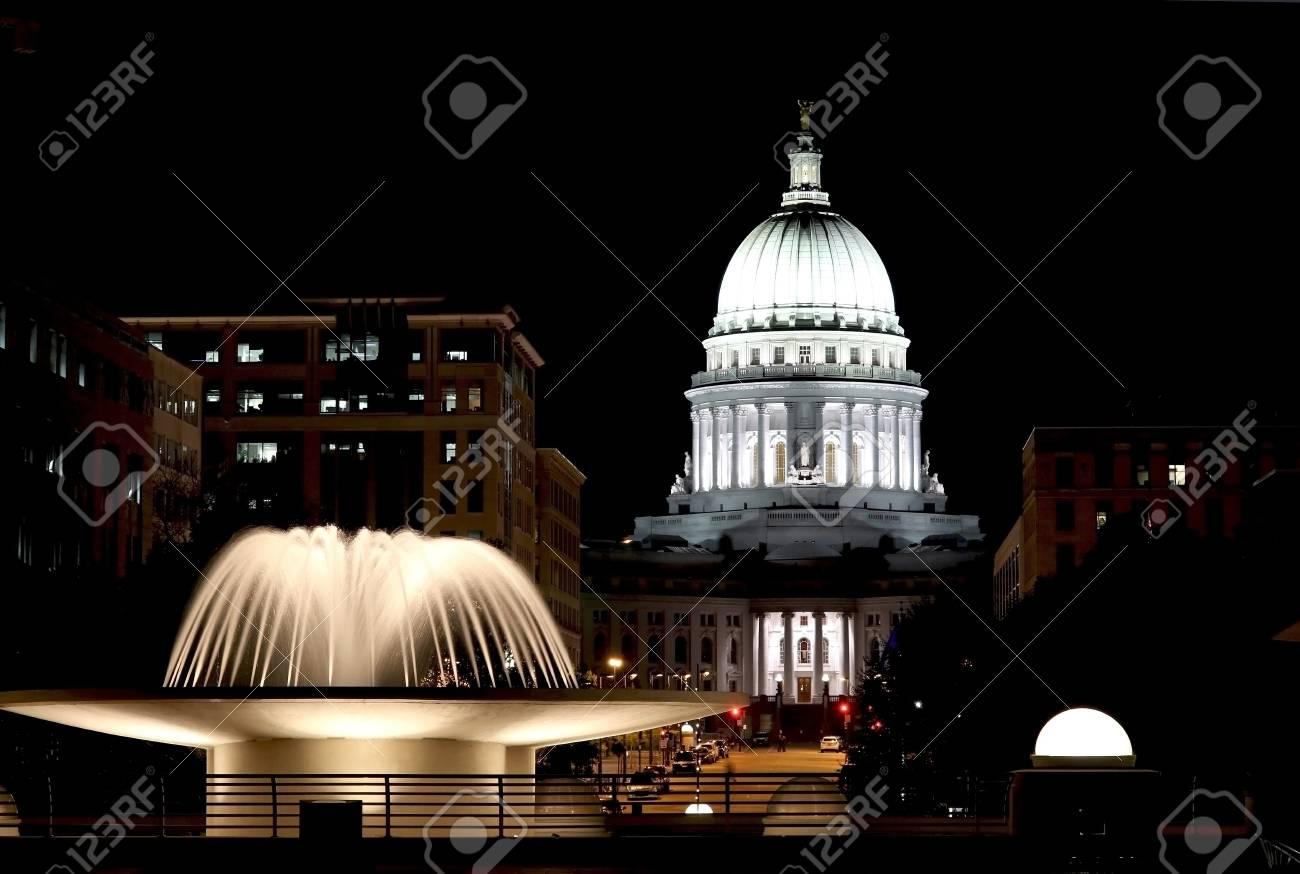Monumento Histórico Nacional Madison Wisconsin Estados Unidos Escena De La Noche Con Los Edificios Oficiales Y La Fuente Iluminada En El Primero