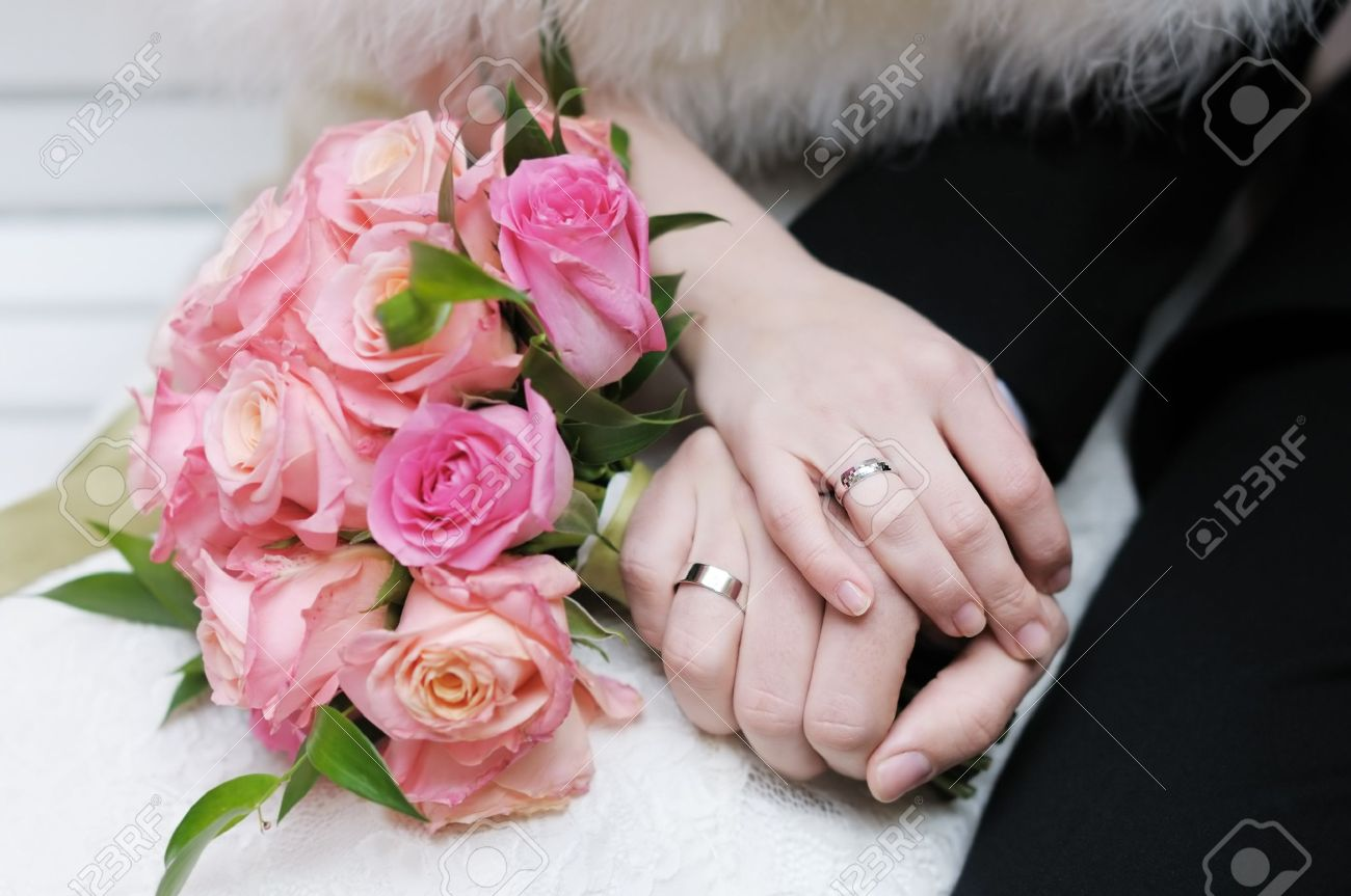 Bride and groom s hands with wedding rings - 13892237