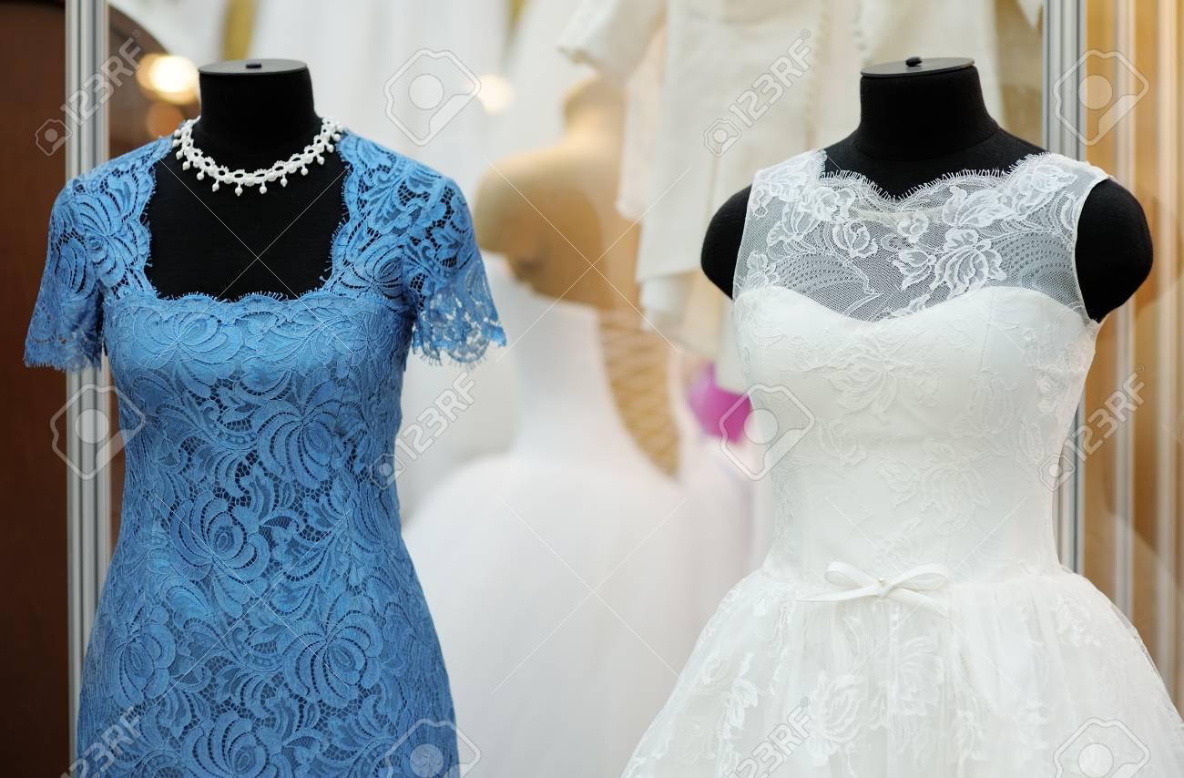 54ed75a834 Foto de archivo - Vestidos hermosas de la boda en un maniquí en el interior