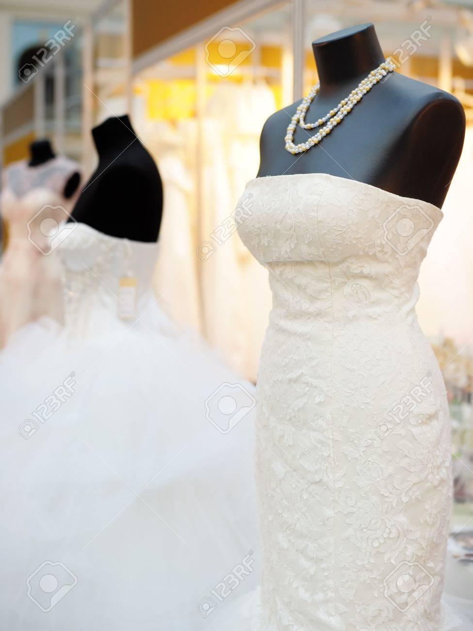 07c90d4db1 Foto de archivo - Vestidos hermosas de la boda en un maniquí