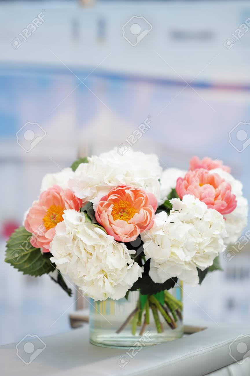 Fiori Bianchi In Vaso.Fiori Bianchi E Rossi Bouquet In Vaso Di Vetro Foto Royalty Free