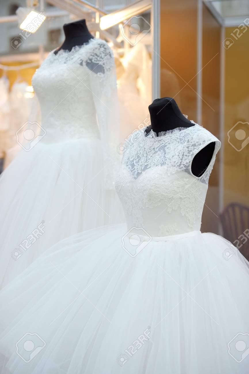 d442b25ead Foto de archivo - Vestidos hermosos de boda en un maniquí