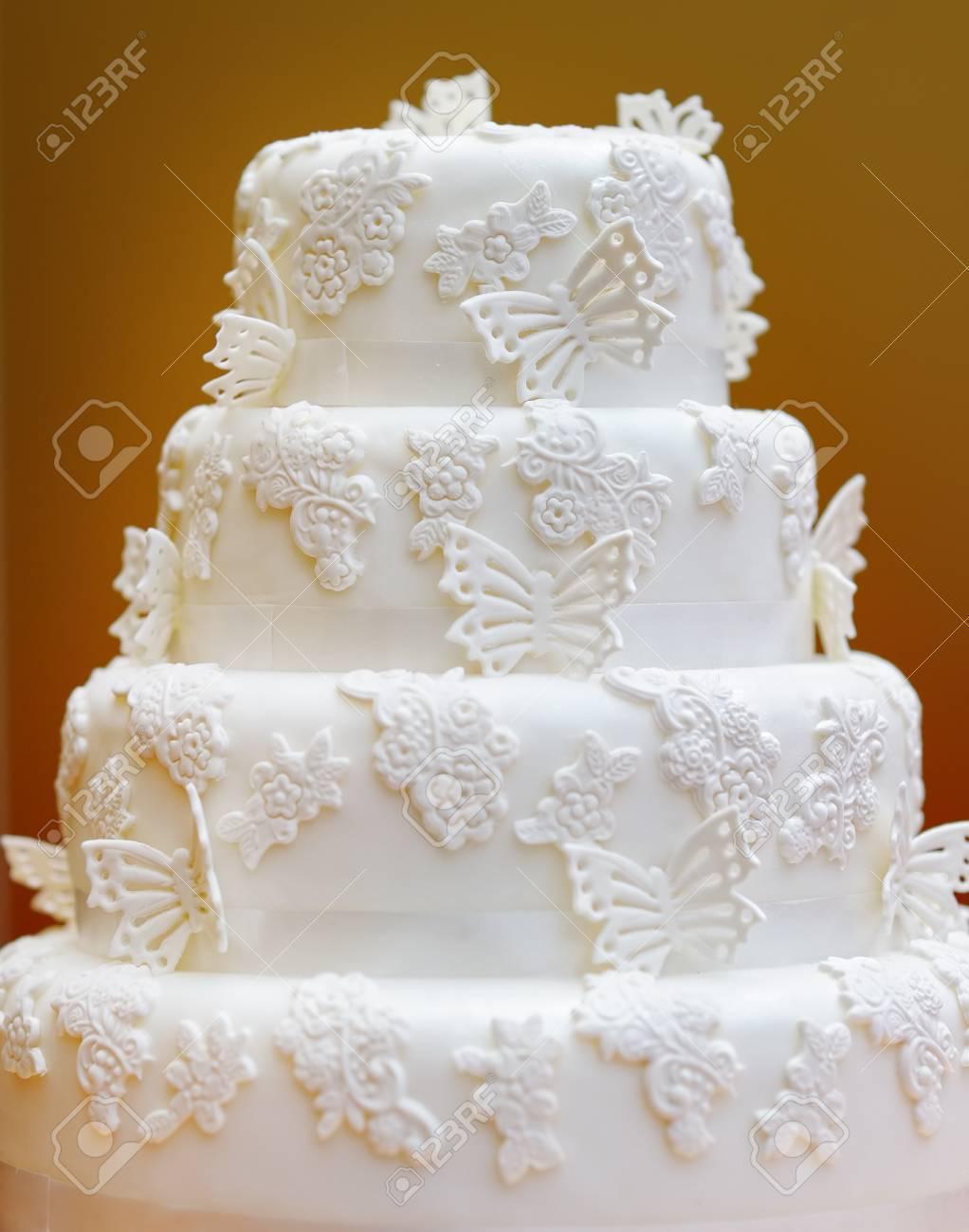 Délicieux Gâteau De Mariage Blanc Orné De Papillons