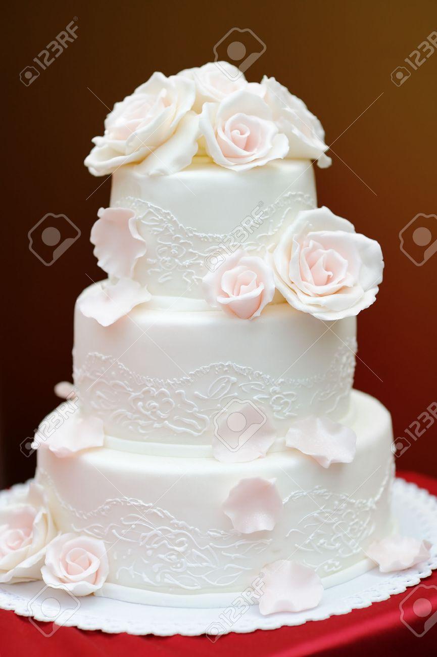 Délicieux Gâteau De Mariage Blanc Décoré Avec Des Roses Crèmes Rose
