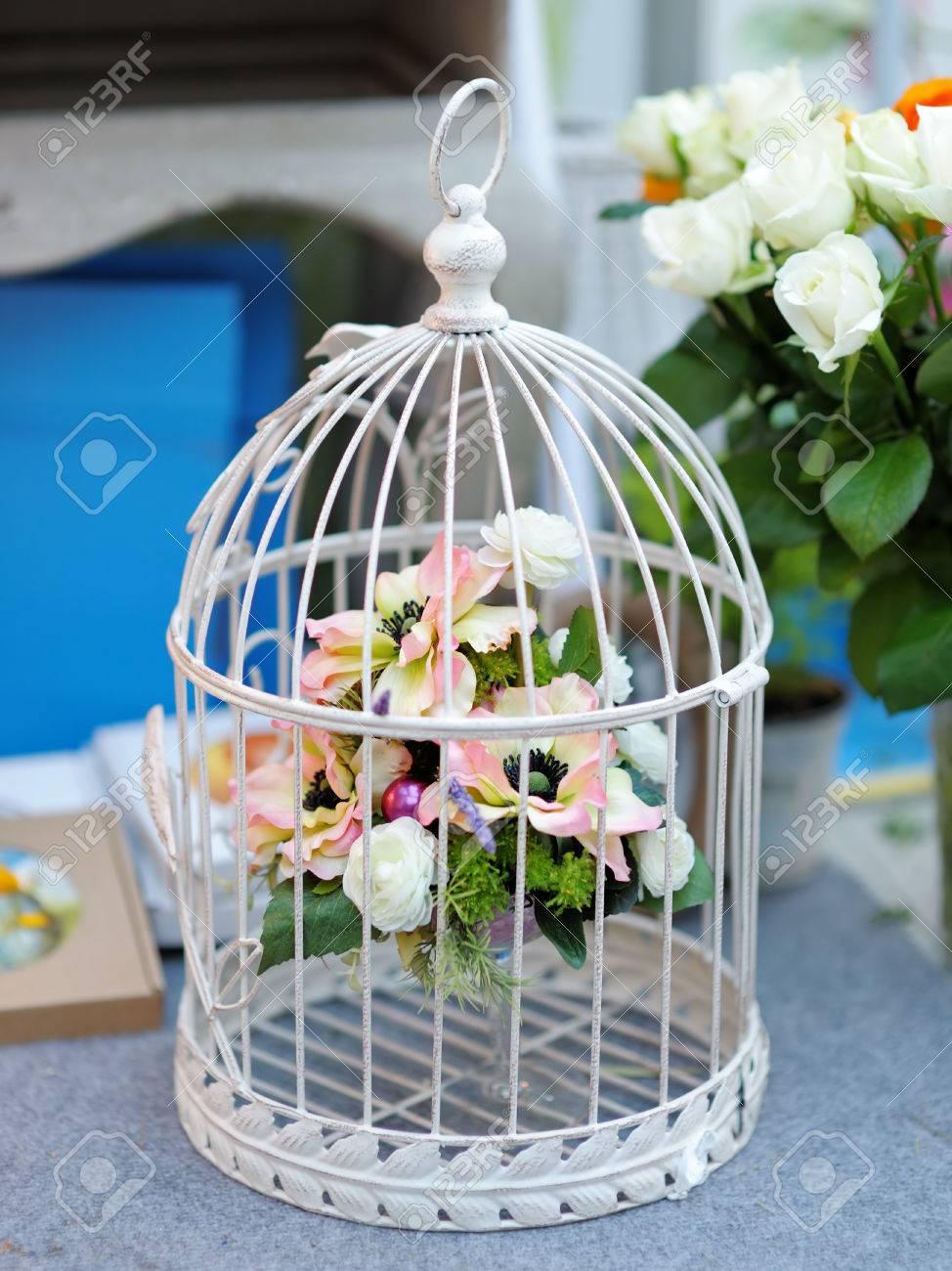 Weisser Kafig Mit Blumen Als Dekoration Auf Hochzeit Lizenzfreie